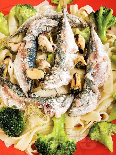 Салата от паста, броколи, миди и сардини - снимка на рецептата